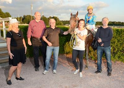 Sir Bourbon Love i vinnarcirkeln | Täby 110709 Foto: Stefan Olsson / Svensk Galopp
