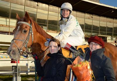 Crown of Ceation tillsammans med Madeleine Smith, Tina Långström och träckare Alice Elmerskog | Täby 111116 Foto: Stefan Olsson / Svensk Galopp