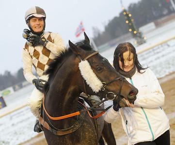 Chicago tillsammans med Per-Anders Gråberg och skötare Jacqueline Bohm   Täby 111218    Foto: Stefan Olsson / Svensk Galopp