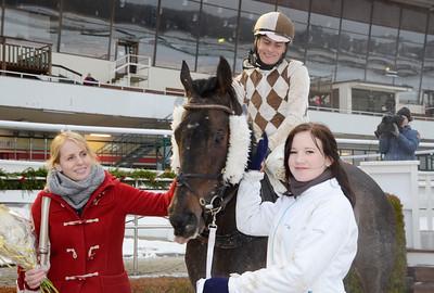 Chicago tillsammans med tränare Caroline Malmborg, Per-Anders Gråberg och skötare Jacqueline Bohm   Täby 111218    Foto: Stefan Olsson / Svensk Galopp