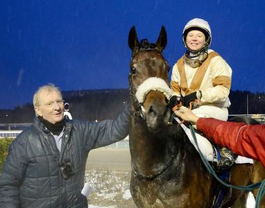 Dandy's Hero tillsammans med Claes Björling och Rebecca Colldin   Täby 111218    Foto: Stefan Olsson / Svensk Galopp