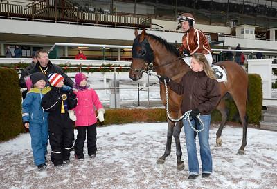 Web of Dreams i vinnarcirkeln | Täby 120115 |  Foto: Stefan Olsson / Svensk Galopp