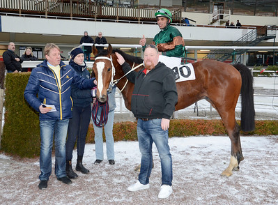 Weald och Danny Patil tillsammans med tränare Hans-Inge Larsen och ägare Stefan Ratell | Täby 120115 |  Foto: Stefan Olsson / Svensk Galopp
