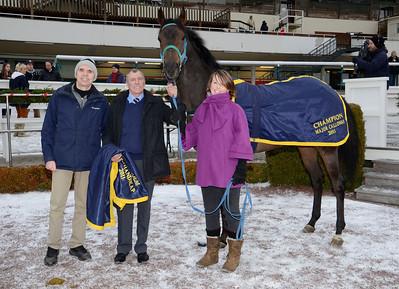 Champion 2011. Major Calloway tillsammans med Peter Strandberg, Alex McLaren, Jenny Eustace och | Täby 120115 |  Foto: Stefan Olsson / Svensk Galopp