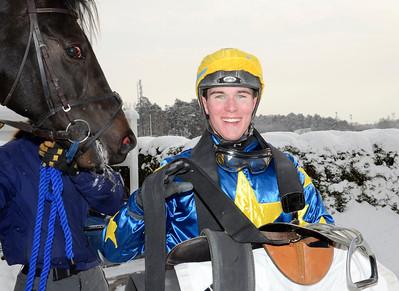Oliver Wilson efter segern med Energia Central | Täby 120205 |  Foto: Stefan Olsson / Svensk Galopp
