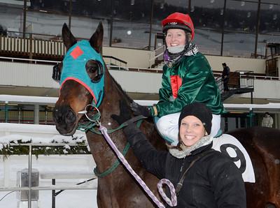 Storm Chase i vinnarcirkeln tillsammans med Emilie Backlund och skötare Emma Körner | Täby 120205 |  Foto: Stefan Olsson / Svensk Galopp