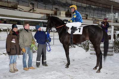 Energia Central och Oliver Wilson i vinnarcirkeln tillsammans med Linda Persson samt Mikael och Maria Tjernström | Täby 120205 |  Foto: Stefan Olsson / Svensk Galopp
