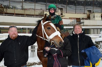 Weald och Oliver Wilson i vinnarcirkeln tillsammans med ägare Stefan Ratell och Hans-Inge Larsen | Täby 120205 |  Foto: Stefan Olsson / Svensk Galopp