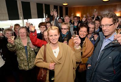 Caroline Malmborg skålar med delägarna i stall Hyperion | Täby 120415 |  Foto: Stefan Olsson / Svensk Galopp