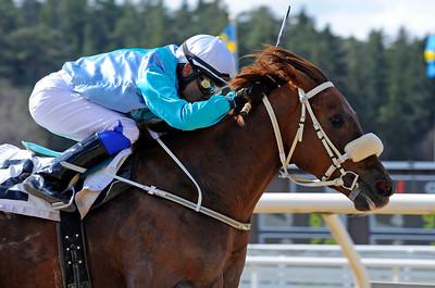 Jimmy Mack vinner med Carlos Lopez | Täby 120418 |  Foto: Stefan Olsson / Svensk Galopp