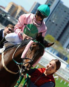 Double Again tillsammans med Rafael De Oliveira och skötare Alice Elmerskog | Täby 120513 |  Foto: Stefan Olsson / Svensk Galopp