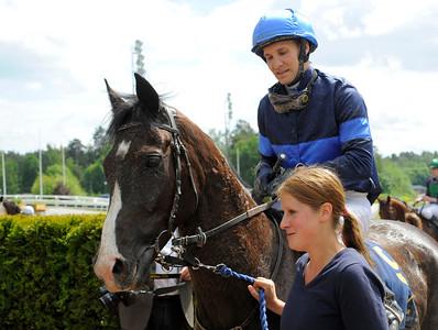 Black Duke tillsammans med Daniel Wirenstål och Gabriella Carlsson | Täby 120610 |  Foto: Stefan Olsson / Svensk Galopp