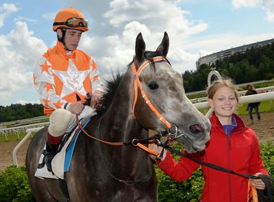 Luckyreno tillsammans med Shane Karlsson och skötare Kimberley Curran | Täby 120610 |  Foto: Stefan Olsson / Svensk Galopp