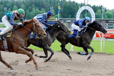 Black Duke och Daniel Wirenstål vinner före Simons Wood och Crown of Creation | Täby 120610 |  Foto: Stefan Olsson / Svensk Galopp