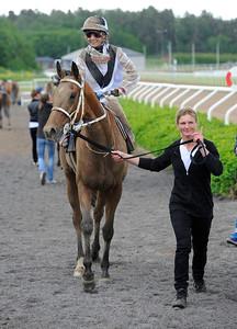 Periqueen tillsammans med Fabienne de Geer och Katarina Landmark | Täby 120610 |  Foto: Stefan Olsson / Svensk Galopp