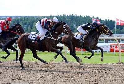 Welcome Back och Josephine Kelly vinner före Grandstanding | Täby 120701 |  Foto: Stefan Olsson / Svensk Galopp