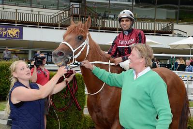 Gauntlett i vinnarcirkeln tillsammans med skötare Camilla Lindberg och Hans-Inge Larsen | Täby 120701 |  Foto: Stefan Olsson / Svensk Galopp
