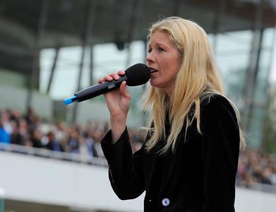Hillevi Ljungqvist sjunger nationalsången i samband med invigningen | Täby 120909 |  Foto: Stefan Olsson / Svensk Galopp
