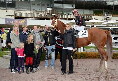 Dea Kalejs i vinnarcirkeln  Täby 120930    Foto: Stefan Olsson / Svensk Galopp