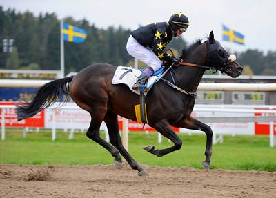 Sirjoshua Reynolds vinner med Nathalie Mortensen | Täby 121003 |  Foto: Stefan Olsson / Svensk Galopp