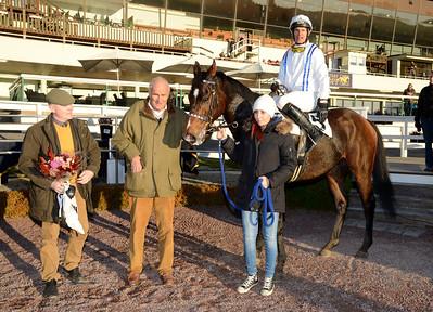 Superman och Niklas Lovén i vinnarcirkeln tillsammans med Dennis Persson och ägare Nils Adlercreutz | Täby 121028 | Foto: Stefan Olsson / Svensk Galopp