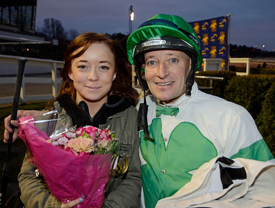 Michael Richardson i vinnarcirkeln tillsammans med dottern Emily   Täby 121114    Foto: Stefan Olsson / Svensk Galopp