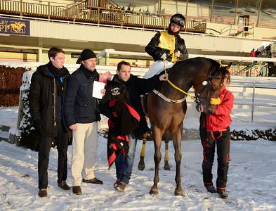 Goldinova och Carlos Lopez i vinnarcirkeln tillsammans med Jesper och Mårten Kask samt tränare Patrick Wahl | Täby 121202 |  Foto: Stefan Olsson / Svensk Galopp