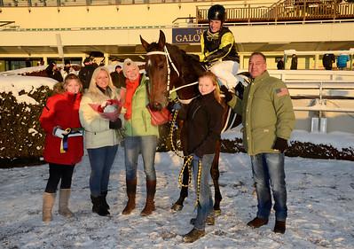 Littlesuzie i vinnarcirkeln tillsammans med familjen Tengquist och tränare Vanja Sandrup | Täby 121202 |  Foto: Stefan Olsson / Svensk Galopp