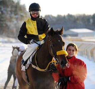 Goldinova tillsammans med Carlos Lopez och skötare Vendela Brismar | Täby 121202 |  Foto: Stefan Olsson / Svensk Galopp
