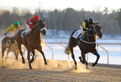 Littlesuzie och Max W Friberg vinner före Jacquin | Täby 121202 |  Foto: Stefan Olsson / Svensk Galopp