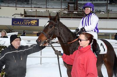 Possibly och Ninni Westerlund i vinnarcirkeln tillsammans med Bo Neuman och skötare Cassandra Zenkert.   Täby 121212   Foto: Stefan Olsson / Svensk Galopp
