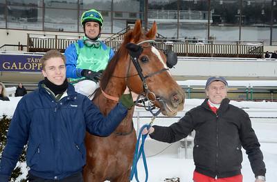 Hurry Lime och Elione Chaves tillsammans med Julian och Alex McLaren   Täby 121212   Foto: Stefan Olsson / Svensk Galopp