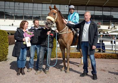 Jimmy Mack och Carlos Lopez i vinnarcirkeln tillsammans med ägare Lars och Annika Almrin samt tränare Patrick Wahl.| Täby 130414 |  Foto: Stefan Olsson / Svensk Galopp