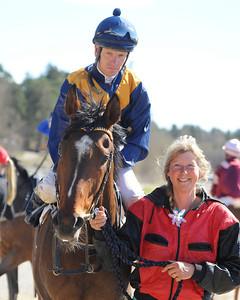 Turn The Page och Jacob Johansen tillsammans med tränare Lena Natt och Dag. | Täby 130505 |  Foto: Stefan Olsson / Svensk Galopp