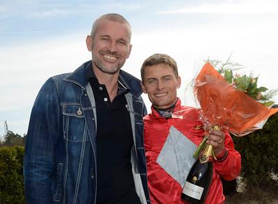 Per-Anders Gråberg tog sin 1000e seger på Jägersro i tisdags och gratulerades av Svensk Galopps VD Torbjörn Westöö | Täby 130508 |  Foto: Stefan Olsson / Svensk Galopp