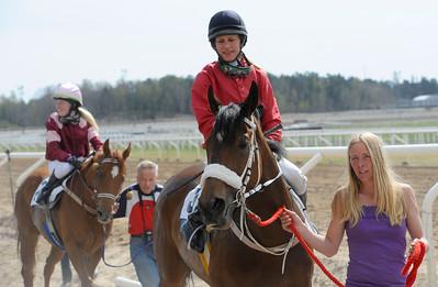 Ailsa Carmel tillsammas med Elin Borén och Sandra Brolin. Moulis strax bakom. | Täby 130508 |  Foto: Stefan Olsson / Svensk Galopp