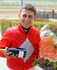 Per-Anders Gråberg fick blommor och bubbel för att ha tagit sin 1000e seger på Jägersro i tisdags. | Täby 130508 |  Foto: Stefan Olsson / Svensk Galopp