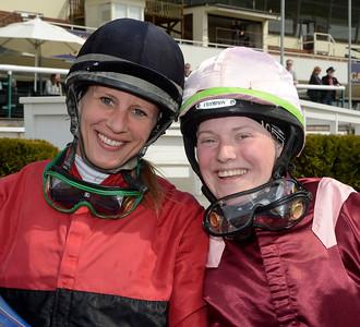 Elin Borén och Maria Nilsson fick dela segern i amatörhandicapen | Täby 130508 |  Foto: Stefan Olsson / Svensk Galopp