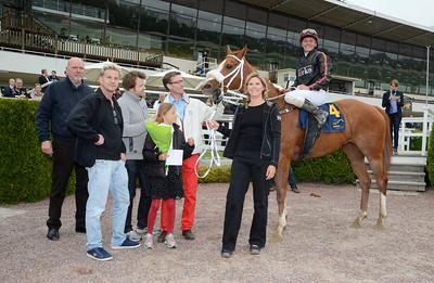 Dea Kalejs i vinnarcirkeln | Täby 130529 |  Foto: Stefan Olsson / Svensk Galopp