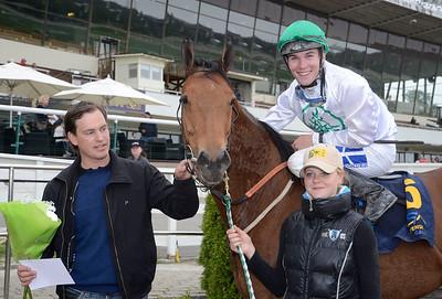 Sharav och Oliver Wison i vinnarcirkeln tillsammans med Johan Reuterskiöld och skötare Sabina Karlsson | Täby 130529 |  Foto: Stefan Olsson / Svensk Galopp