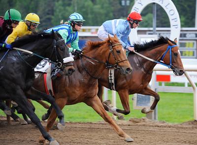 Lopp 3 med varvet kvar. Buzz Lightyear i spets. | Täby 130529 |  Foto: Stefan Olsson / Svensk Galopp