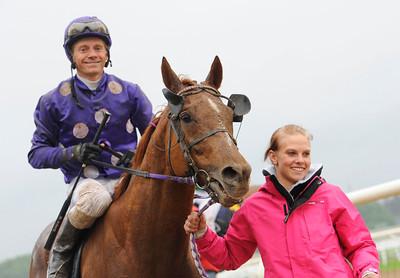 Gulapa och Espen Ski tillsammans med skötare Emma Körner | Täby 130529 |  Foto: Stefan Olsson / Svensk Galopp