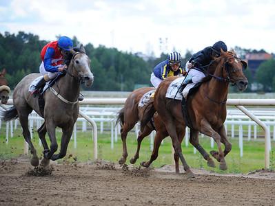 Avestruz och Carlos Lopez vinner före Mykonos | Täby 130703 |  Foto: Stefan Olsson / Svensk Galopp