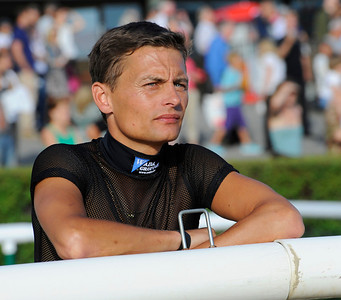 Per-Anders Gråberg följer spänt Musse Hasselvalls debut | Täby 130709 |  Foto: Stefan Olsson / Svensk Galopp