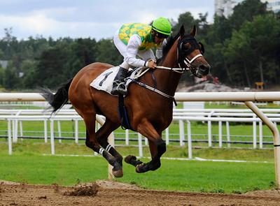 Flying Saucer vinner med Rafael De Oliveira   Täby 130814    Foto: Stefan Olsson / Svensk Galopp