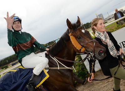 Calvados och Tobias Hellgren vann Lindarängen Memorial för tredje året i rad.   Täby 130814    Foto: Stefan Olsson / Svensk Galopp