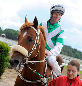 Yamoto och Jacob Johansen tillsammans med skötare Alice Elmesrkog   Täby 130814    Foto: Stefan Olsson / Svensk Galopp