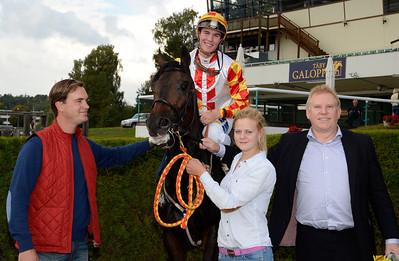 Butterfly Effect och Oliver Wilson tillsammans med Johan Reuterskiöld, Sabina Karlsson och Inge Knutsson | Täby 130911 |  Foto: Stefan Olsson / Svensk Galopp