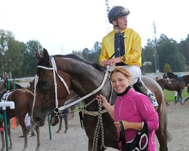 Eagle Eye Star och Fredrik Janetzky tillsammans med tränare Karin Lindberger Gajda | Täby 130911 |  Foto: Stefan Olsson / Svensk Galopp