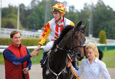 Butterfly Effect och Oliver Wilson tillsammans med Johan Reuterskiöld och Sabina Karlsson | Täby 130911 |  Foto: Stefan Olsson / Svensk Galopp